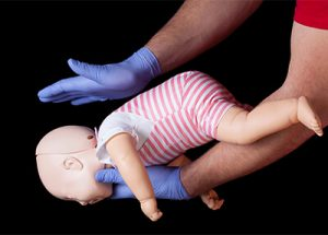 Erste Hilfe Verschlucken bei einem Säuglings