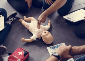 Erste Hilfe Reanimation eines Säuglings